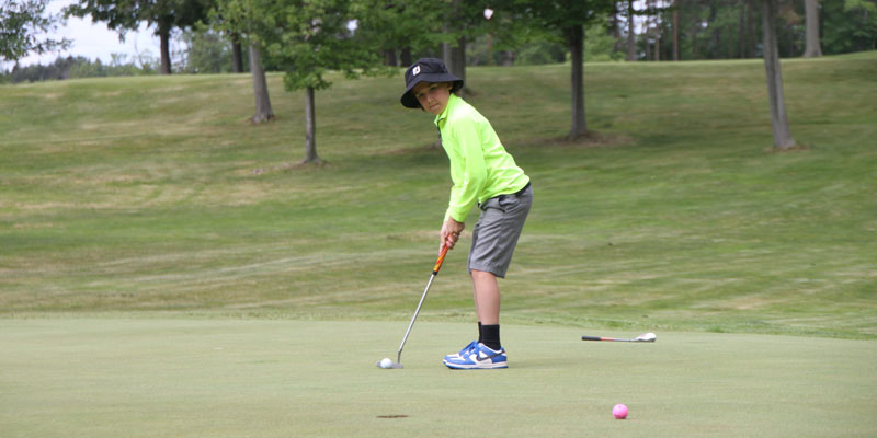 Photo of junior golfer putting on Par 3 Hole 17 at Tamarack Golf Club in Oswego, NY.